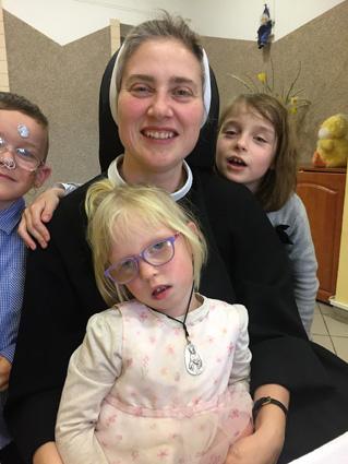 zdjęcie siostry z trójką dzieci